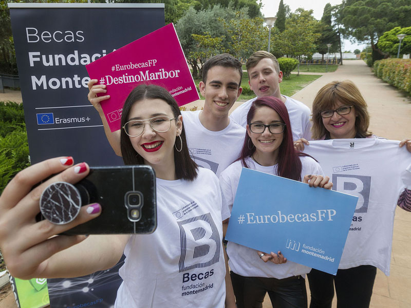 Becarios de la Fundación Montemadrid haciéndose un selfie. Foto de @mjberrocal
