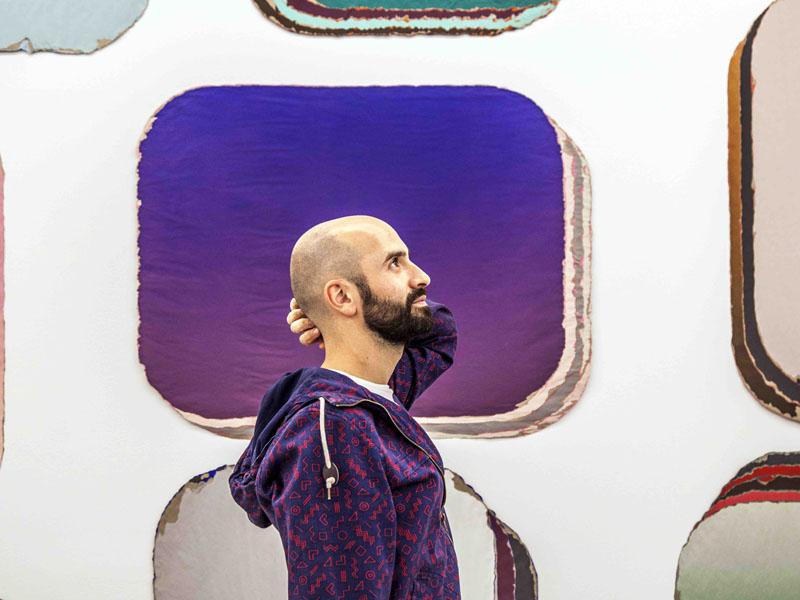 Guillermo Mora delante de una de sus obras. Foto de Victoria Iglesias