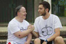 Dos deportistas del Club Juventud Alcalá se dan la mano. @mjberrocal