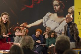 Mónica Maffía y Antonio Ballestero debaten durante la segunda sesión del curso Tres asesinos: Caravaggio, Marlowe y Gesualdo. La belleza del mal. @mjberrocal
