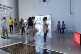 Público contemplando la exposición Inéditos 2017