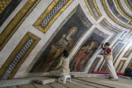Dos personas restauran la cúpula de la Iglesia del Santo Cristo de la Salud (Málaga)