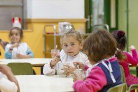 Niños de El Gallinero desayunando en las escuelas de la Fundación Montemadrid antes de entrar a clase
