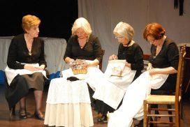 Cuatro mujeres actuando en el Certamen de Teatro Mayores a Escena